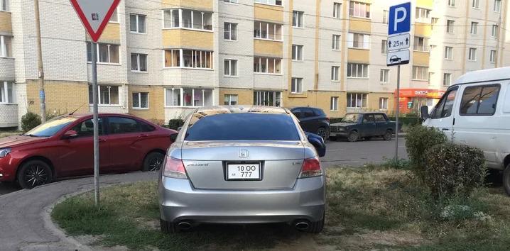 На армянских номерах припарковался как царь)